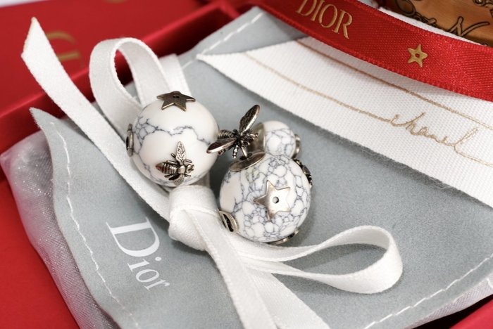 Dior E0665TRIRS Stud CD with big pearl CD 小蜜蜂耳環 灰白石 現貨