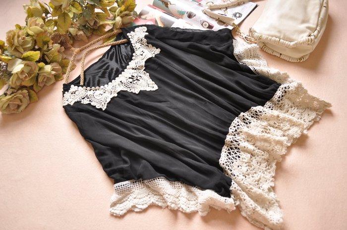 玫瑰森林-- ☆°*美麗嚴選~  浪漫飄逸編織勾花蕾絲邊 黑色雪紡飄袖上衣 (特價出清) #T011
