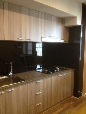 台中系統櫃-雙開門系統廚房櫥櫃 { 湯姆 雙開門系統櫃 } 北歐精緻木紋風 必備烤漆黑玻璃 客製化設計