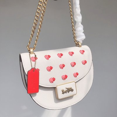 留學生like購 COACH C3922 新款Alie女士馬鞍包 白色包身搭配愛心圖案單肩斜揹包 附購證