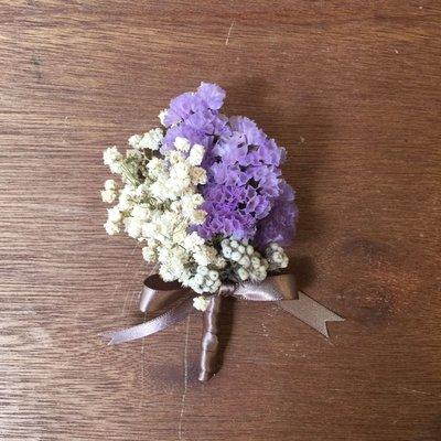 D38。滿天星晨乾燥花胸花。另有乾燥花捧花。拍照捧花。頭花。客製新娘捧花。台北自取【Flower&House花藝之家】