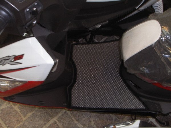 MILK71322目光踏墊-消光灰卡夢雙層止滑減震耐磨機車腳踏墊精品-SYM/三陽GR