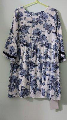 全新(搬家大出清)Gill Judith品牌,7分袖宮廷式娃娃洋裝,白底藍/灰綠花葉印花,後有拉鍊無彈性有內裡。尺寸S碼(偏大) MiuMiu Daks高田賢三