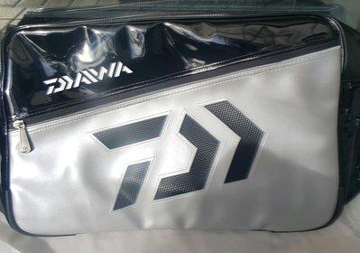 【JP】現貨 DAIWA daiwa 正品 目錄商品 側背包 (銀黑色) 單肩包 厚背包 跨包 鯽魚 吳郭魚