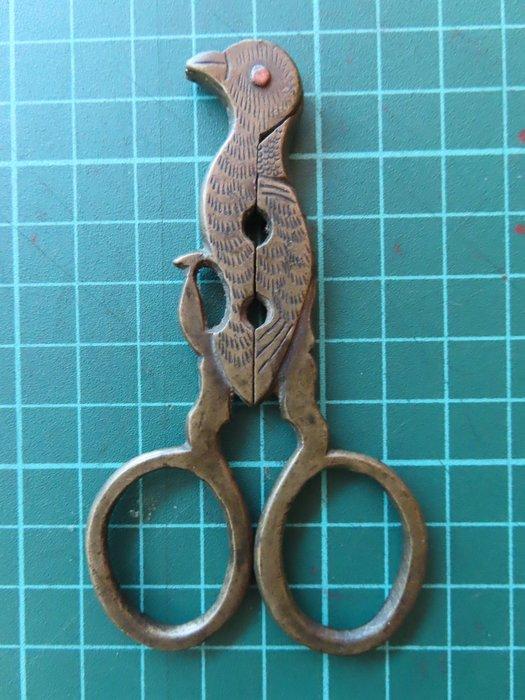 民國時期富貴人家(鳥形瓜子鉗器)[銅、長9.6公分寬5.4公分頂部0.6公分]手工鏨刻制做、做工精美樣式少見、可正常使用