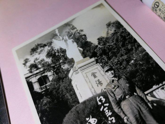 53年 金門 金湯公園 自由女神像 憲兵軍官帥哥照 銘馨易拍重生網PSS764 背景寫實老照 如圖(1張ㄧ標,珍藏回憶)