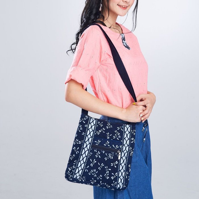 !!((中國藍Anewei))客家藍染夾棉紅牡丹包/側背包~F5~另有同款藍染布