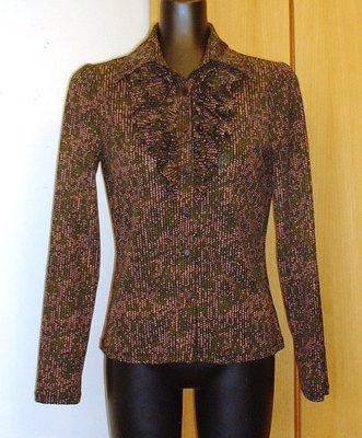 都會名牌~【Marie Claire Forum 】 胸前荷葉邊設計  粉綠編織繩花樣交錯長袖襯衫~AL