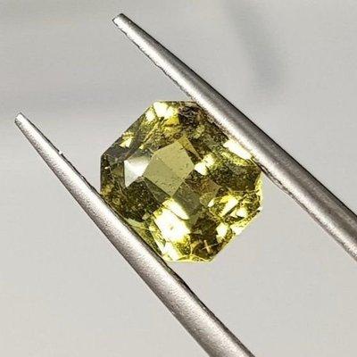 揚邵一品(特價)馬達加斯加 黃綠色(附證書)2.07克拉天然無燒藍寶石,整顆淨度高火光好顏色美值得收藏