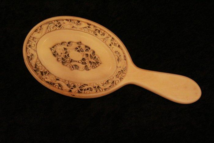 【家與收藏】特價極品稀有珍藏歐洲百年古董英國19世紀精緻手工貴族家徽微雕仕女梳妝手鏡