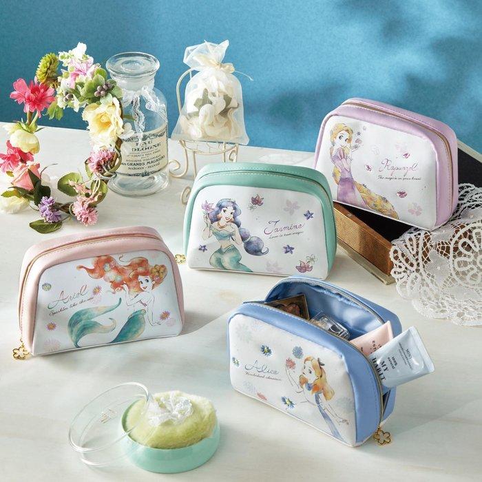 迪士尼Disney公主系列《預購》合成皮革大容量拉鍊式化妝包 小物包~愛麗兒茉莉愛麗絲樂佩~日本正品~共4款~心心小舖