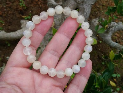 簡單Simple。現貨。10836號 純天然斯里蘭卡冰種奶油體藍月光石圓珠。手珠手鍊。8.4MM。低價促銷