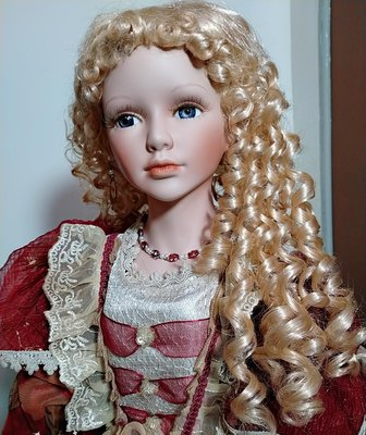 陶瓷娃娃金髮紫瞳紅衣維多利亞/ebay難尋