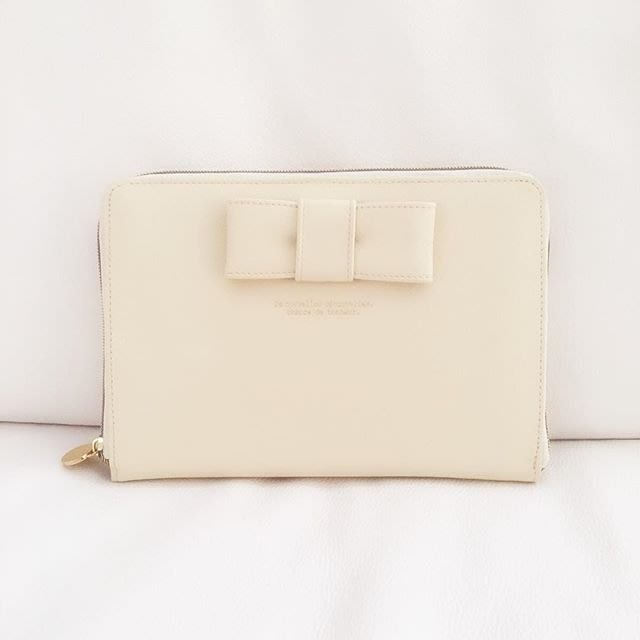 Ariel's Wish預購-日本高級生活雜貨品牌立體米白色蝴蝶結母子手帳媽媽手冊收納護照套證件本存摺印章印鑑提款卡收納