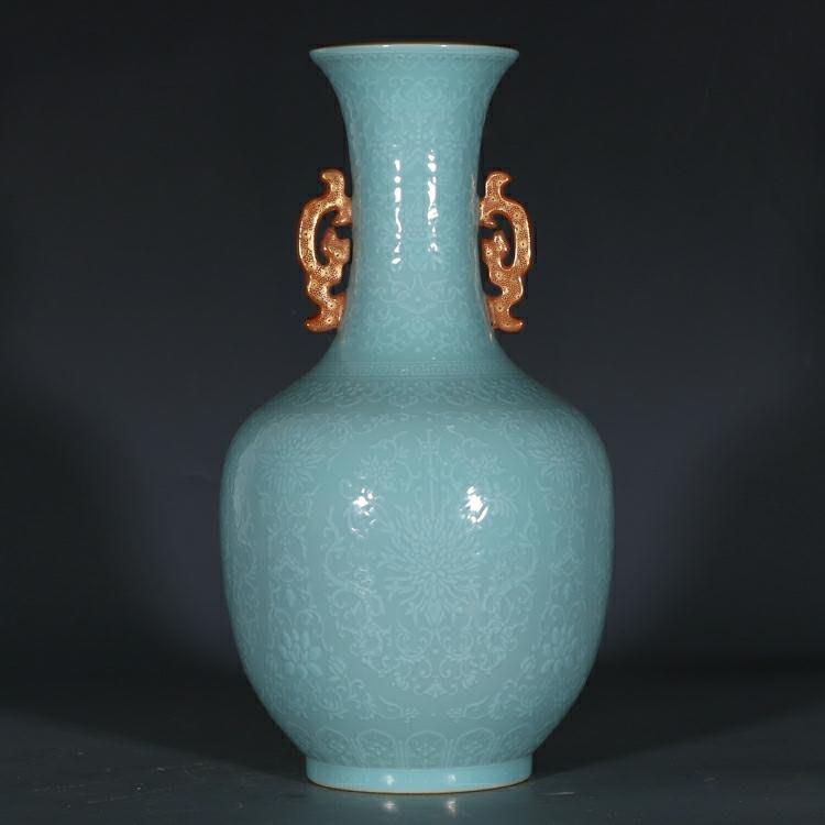 大清乾隆藍釉浮雕纏枝花卉紋雙耳瓶