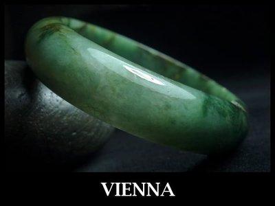 《A貨翡翠》【VIENNA】《手圍18.6/17mm版寬》緬甸玉冰種濃豔葉綠彩蜜/玉鐲/手鐲K+036