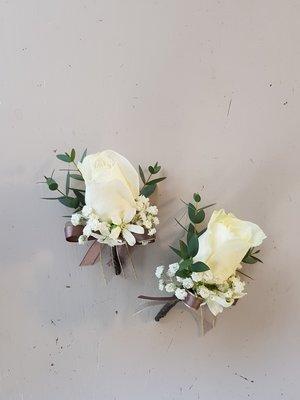H24。白玫瑰胸花。新郎胸花。招待胸花。台北歡迎自取近西門站【Flower&House花藝之家】