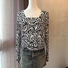 《寶兒花園》黑白玫瑰印花彈性針織上衣薄長袖