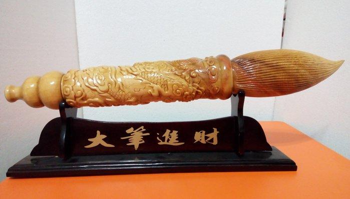 【九龍藝品】檜木 ~ 雕 刻 龍 筆 ~ 重油.折花.長約60.5公分 <3>