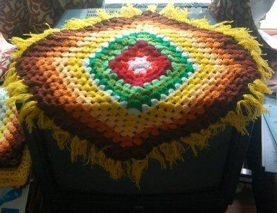 早期普普風手織沙發巾,每條 420元(黃邊)。