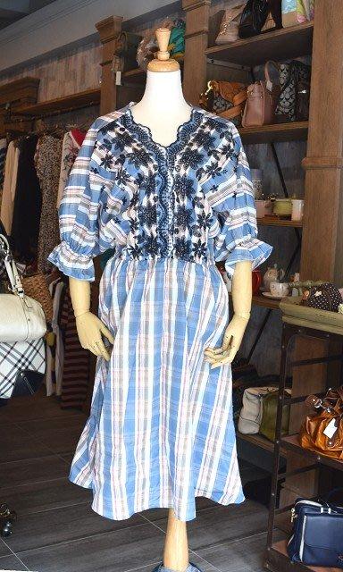 【喬瑟芬的秘密】日本代購 日系 粉藍格紋格子刺繡 v領垂肩連身洋裝-五分袖