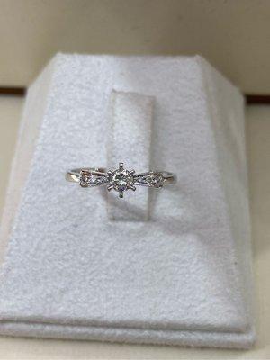 19分天然鑽石戒指,適合求婚結婚款式,經典6爪優雅蝴蝶結設計款式,全新商品超值優惠價10800元只有一個要買要快,搭配18K金戒台