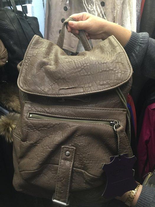 義大利設計師款Le queen 水洗小羊皮設計後背包  卡其色 現貨