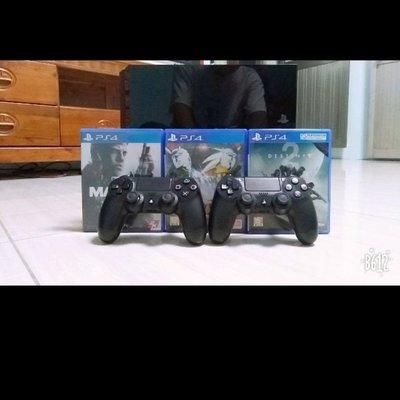 PS4(極致黑)二手商品 七成新     原本一隻搖桿再送一隻 另外再送三片光碟(無外箱)