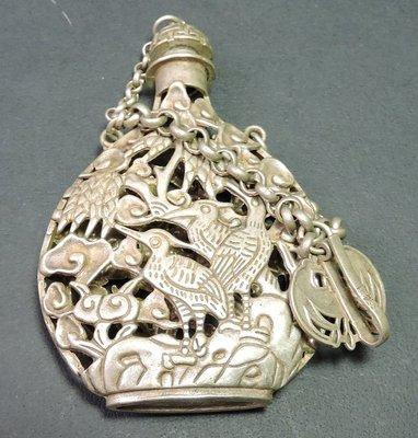 (財寶庫)少見大型紋銀飾品【簍空鳥語花香鼻煙壺1個約94g,10cm】請保握機會。值得典藏