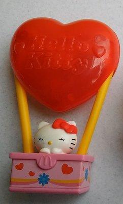 **M8-16** (裸裝無盒)麥當勞2012搭紅心熱氣球的Hello Kitty 塑膠玩偶/表面有使用痕跡,能接受物況