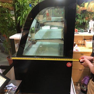 三層蛋糕櫃九成新 最高點124公分 長(深)75公分 寬89.5公分 220v