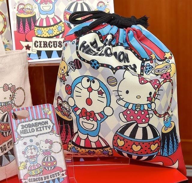 【秘密閣樓】日本三麗鷗 凱蒂貓X哆啦A夢 馬戲團 束口袋 收納袋 收納包 日本代購