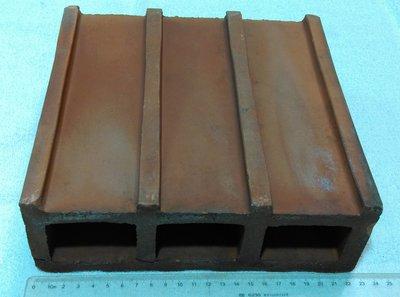 早期紅磚塊.紅磚頭(1)~~紅土製~~空心磚~~長約22.5CM~~懷舊.擺飾.裝飾