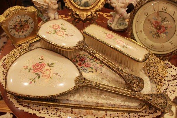 【家與收藏】賠售特價稀有珍藏歐洲百年古董英國古典優雅蕾絲刺繡梳妝手妝鏡梳(5件組01)