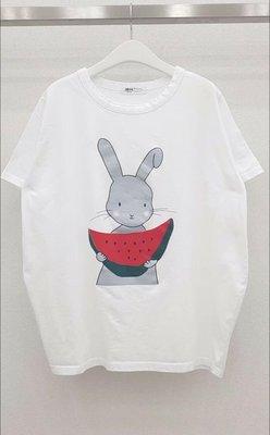 韓國Ricco 兔子吃西瓜T 圓領短袖 童趣率性時尚休閒款~下單請註明選購顏色【衣荳小舖】連線超低價