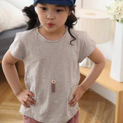 【韓國空運正韓童裝】正韓--簡約風口袋竹節棉T恤上衣--米灰色