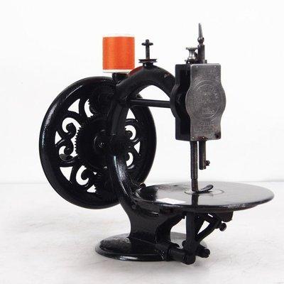 百寶軒 稀有古董1867年加拿大R.M.WANZER手搖縫紉機子彈頭飛梭8品 ZG3769