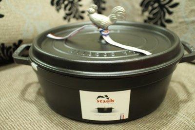 [小寶的媽] 【法國 STAUB】橢圓 公雞 鑄鐵鍋 31cm(5.75QT) 霧面黑 附替換頭