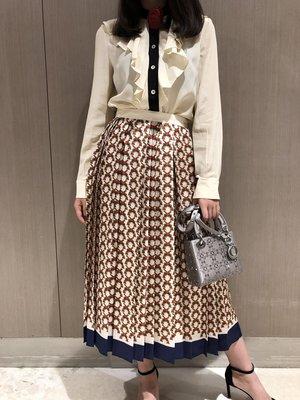 《巴黎拜金女》 荷葉邊領真絲玫瑰花朵裝飾真絲襯衣搭配壓褶半身裙套裝