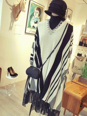 [ RainDaniel ] ALICE+OLIVIA 紐約時尚品牌  黑白斜紋針織 邊飾皮革流蘇 披風斗篷洋裝