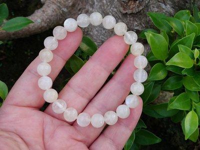 簡單Simple。現貨。10832號 純天然斯里蘭卡冰種奶油體藍月光石圓珠。手珠手鍊。9MM