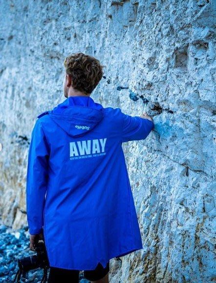 潮牌Subtle AWAY防水風衣 天藍-設計時尚簡約.修身剪裁~全防水可當雨衣喔-或作為情侶裝.這是一款超方便的風衣