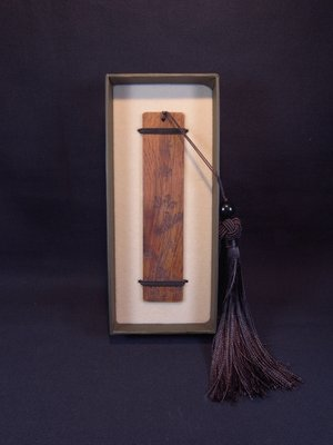 *阿威的藏寶箱‧*【全新未使用 木藝精品 紅木書籤 清淨 附盒】品相優,適合送禮,值得收藏。