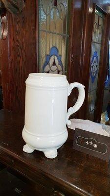 【卡卡頌 歐洲跳蚤市場/歐洲古董】歐洲老件_白瓷 獸腳 浮雕 單耳 瓷杯 啤酒杯 花瓶 花器 老瓷器 p1341✬