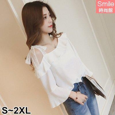 【V2554】SMILE-性感香氛.斜肩蕾絲綁帶荷葉邊喇叭袖上衣