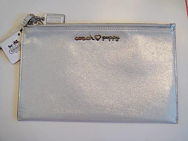 破盤清倉大降價!全新美國品牌 COACH 特殊款閃亮淺灰白色皮革設計款收納包手拿包,低價起標無底價!本商品免運費!