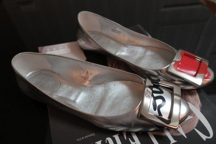 *Beauty*ROGER VIVIER銀色平底鞋 37  號 4990 元