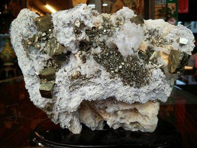 [台南寶麗古典傢俱藝品館]~大自然晶礦與黃銅礦共生結晶~藝術擺件~磁場能量非常強喔~長19寬11高16公分~重2.6公斤