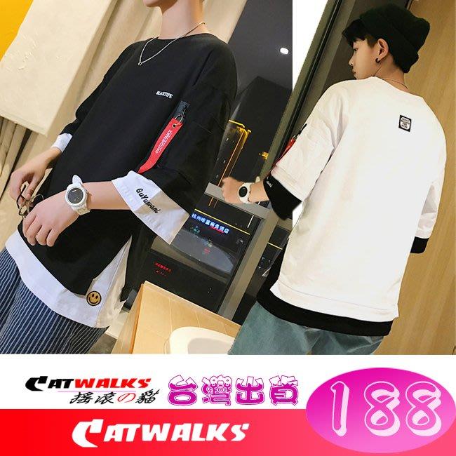 【 Catwalk's 搖滾の貓 】潮流風假兩件式微笑刺繡飾標七分袖舒適寬鬆版上衣 ( 黑色底、白色底 )