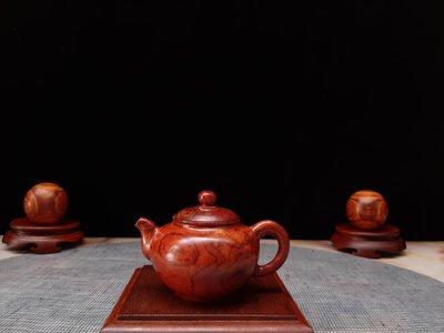 海南黃花梨茶壺擺件把件,油性足,花紋漂亮,擺飾茶蓆、客廳、公共空間,美觀漂亮,增添生活樂趣,(僅供觀賞用)。圖6右邊為110cc紫砂壺。不含擺飾配件。